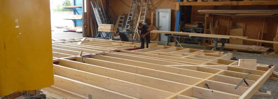 Auf dem Firmengelände hat man bereits mit dem Bau erster Wohncontainer begonnen